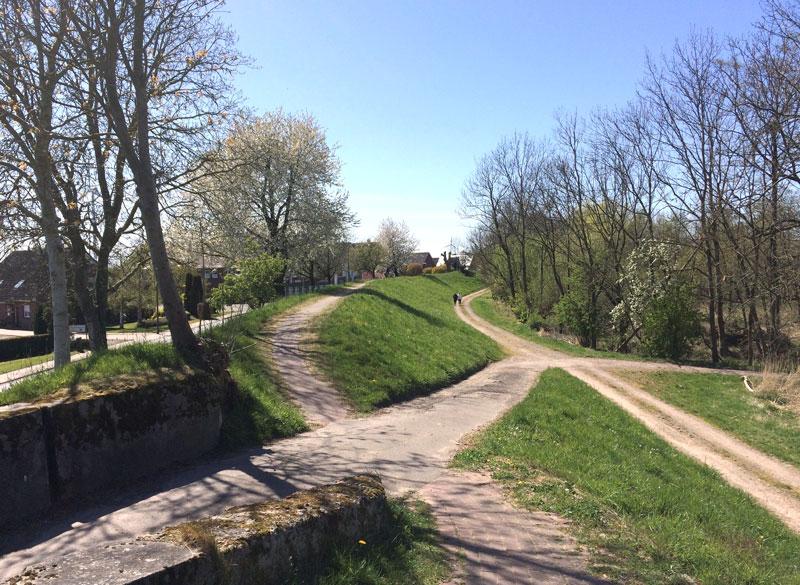 sich kreuzende Wanderwege