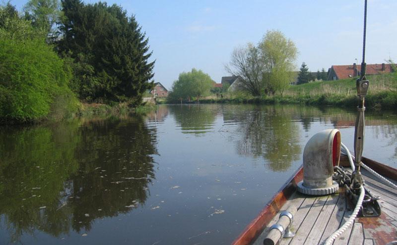 Nebenarm der Elbe mit Haus und Boot