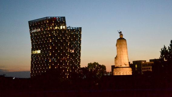 Tanzende Türme mit Bismarck-Denkmal bei Abendlicht