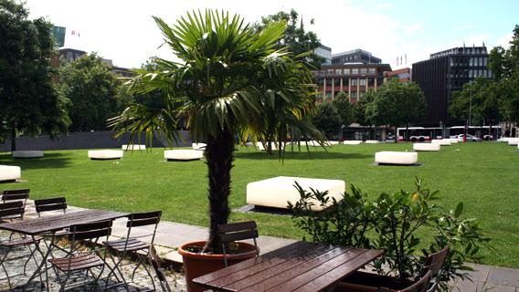 Platz vor den Hamburger Deichtorhallen mit Palmen und Sitzflächen
